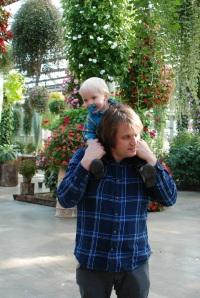 Mathias liker seg godt på skuldrene til pappa. Her får han god oversikt og mye oppmerksomhet. Også er det bare å lugge litt i håret om det skjer noe spennende på bakkenivå..